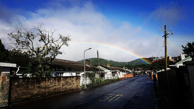 Nhiều nơi trong vùng cũng quan sát được cầu vồng xuất hiện trên bầu trời suốt cả buổi sáng. Hình ảnh: Deeggin Wu.