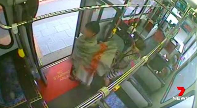 Vừa bước lên xe buýt người phụ nữ bất ngờ cởi bỏ hết quần áo