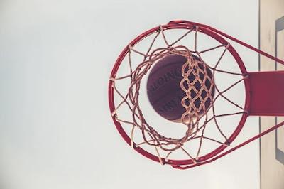 Canasta y pelota de baloncesto