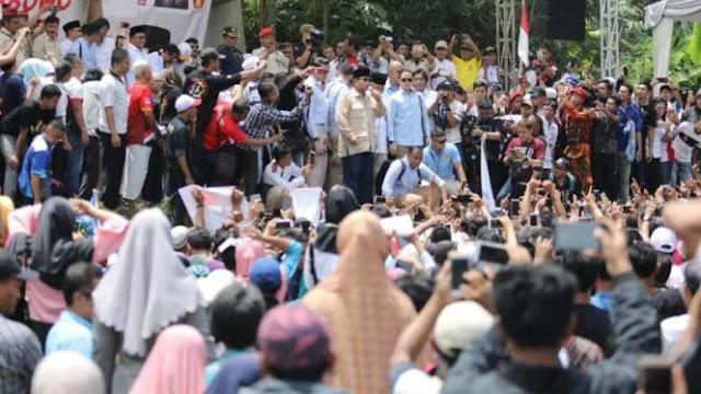 Lihat Warga di Bawah Terik Matahari, Prabowo Turun dari Panggung Teduh