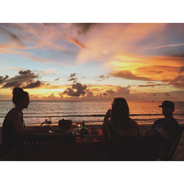 foto dinner romantis dan sunset di pantai jimbaran