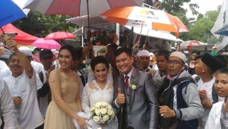 Sang pengantin menebar senyum bahagia