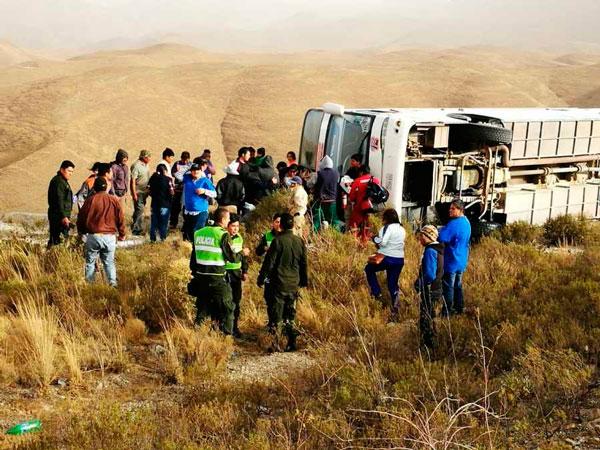 Bus Narvaez que iba de Villazón a Tarija volcó en Falda La Queñua