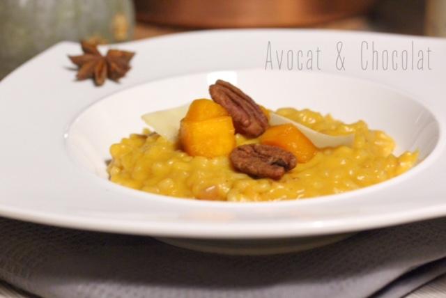 """alt=""""risotto à la courge dans une assiette blanche et des noix de pékan grillées sur le dessus"""""""