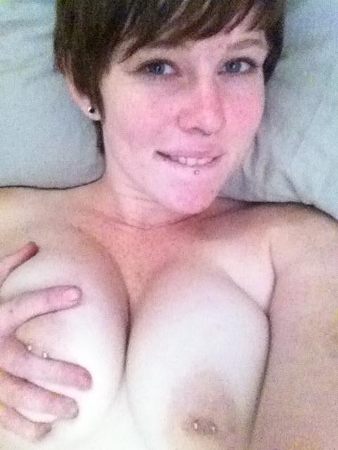 cewek seksi bule rambut pendek pamer toket gede ditindik,wanita bule nakal punya tindik di payudara gedenya