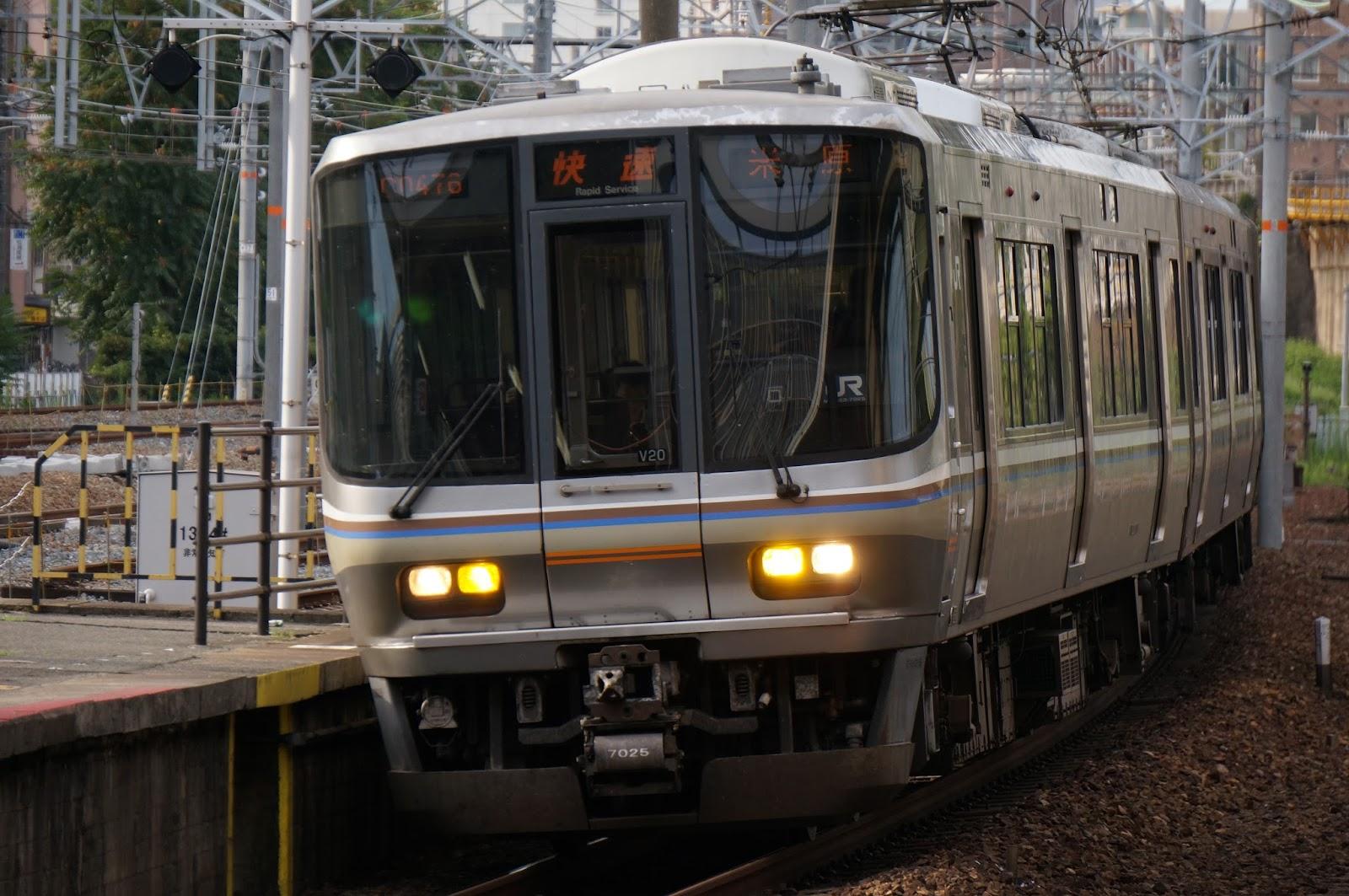 東海道線新大阪駅に入線するJR西日本223系