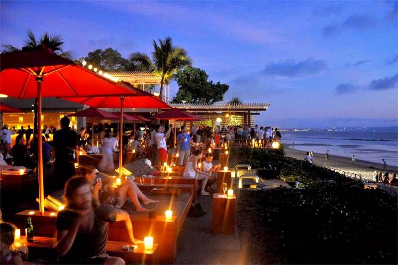 Menikmati pesona pantai dan minuman di Ku de ta adalah salah satu hal paling seru di Kuta Bali