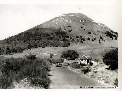 Vue de Royat, hier,  noir et blanc Puy-de-Dôme, péage de l'autoroute.