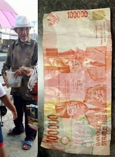gambar viral facebook Kisah kakek Tua penjual donat yang ditipu dengan Uang Mainan