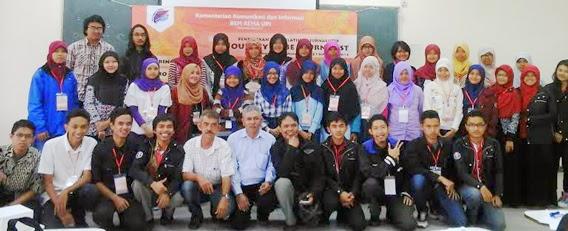 Seru-seruan foto bersama saat pelatihan jurnalistik di FPMIPA UPI (20/9)