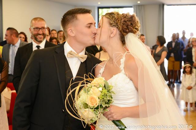 bisou des mariés à la mairie