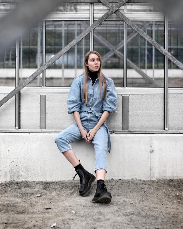 Outfit met NAKD denim jumpsuit spijkerpak coltrui en Jadon plateau boots van Dr. Martens Nederlandse mode blogger