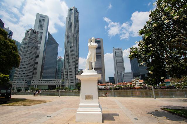 Statua di Sir Stamford Raffles-Padang (quartiere coloniale)-Singapore