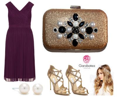 Combinar un vestido morado con un bolso dorado y perlas