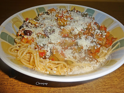 μακαρόνια με σάλτσα απο λαχανικά σε κοπυπα βαθιά και τριμένο τυρί απο πάνω