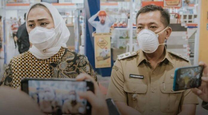 Nakes Ketahuan Pura-Pura Suntikkan Vaksin, Sikap Bupati Karawang Justru Bikin Netizen Geram: Kok Malah Mojokin Korban, Parah Banget!