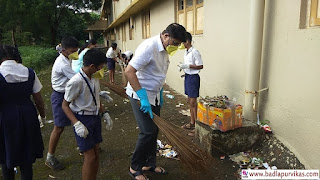 Badlapur (Maharashtra Development Media) - The Chief Officer of Kulgaon Badlapur Municipality. Prakash Borsay recently went to government schools of administration to guide the student on the topic of Swachh Bharat Abhiyan.  Principal Borse himself took a broom in his hand, while cleaning the government school, guiding the students, explaining the importance of hygiene and hygiene. As well as teaching how cleanliness is essential for health and wellbeing, not only school but home, students also always kept their home, campus clean and beautiful under Swachh Bharat Abhiyan.  It may be recalled that, while the Kulgaon Badlapur municipality chief is teaching hygiene lessons to the students of the government school, on the other hand, in most divisions of Kulgaon Badlapur municipality, there is still a pile of garbage on the roads and intersections till noon. After noon, the hourglass does not pick up garbage from those places, due to which the Chief Officer, who is now distributing hygiene knowledge to the students, should give some knowledge to the health department officials as well as the cleaning staff and the contractor. Have advice