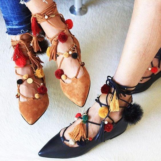 Con tacones en el metro - Pompones para zapatillas ...
