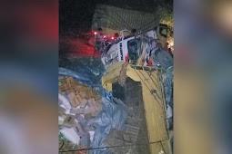 Akibat Jalan Rusak, Truk Angkut Sembako Terbalik di Kanggime