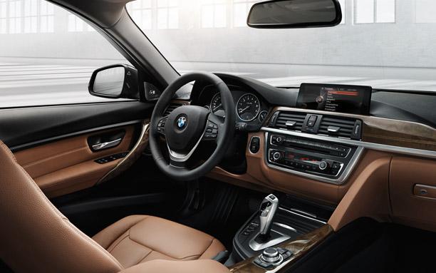 Xe BMW 320i có thiết kế hướng về phía người lái