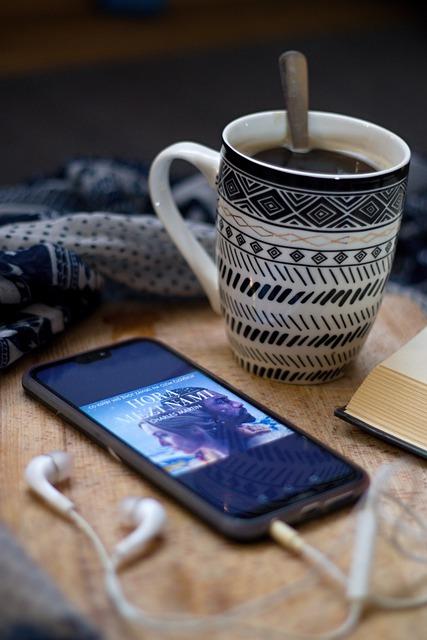 mendengarkan audiobook bersama kopi