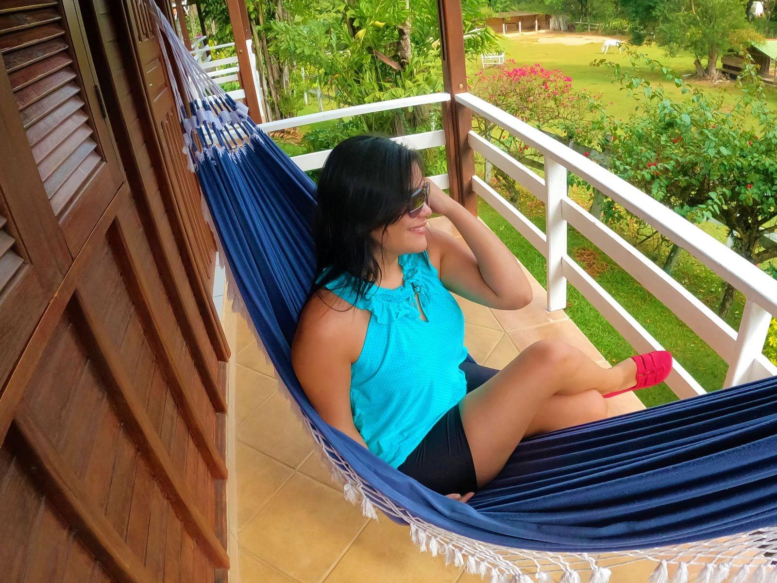 mulher jovem sentada em uma rede