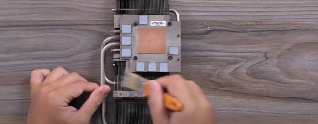 Quét sạch bụi bẩn ở các khe của lá tản nhiệt VGA