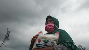 Bantu Masyarakat Selama PPKM, Pemko Padang Bagikan 2.600 Paket Beras