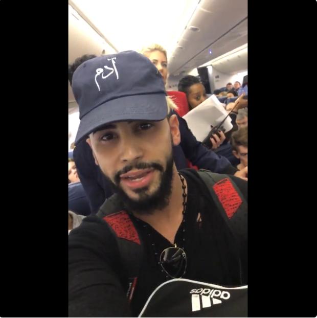 Bajan a conocido youtuber de un avión por hablar en árabe