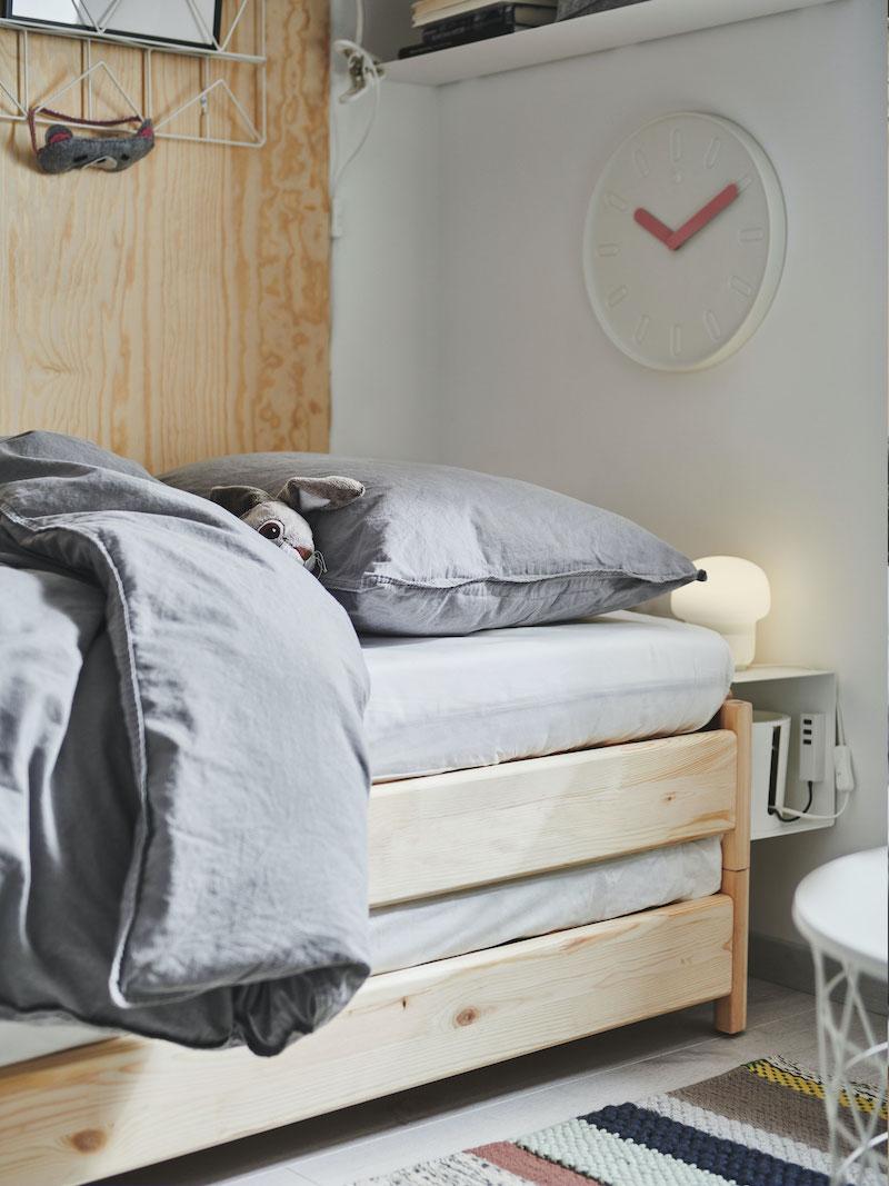 Detalle cama de pino de IKEA en dormitorio de adolescente.