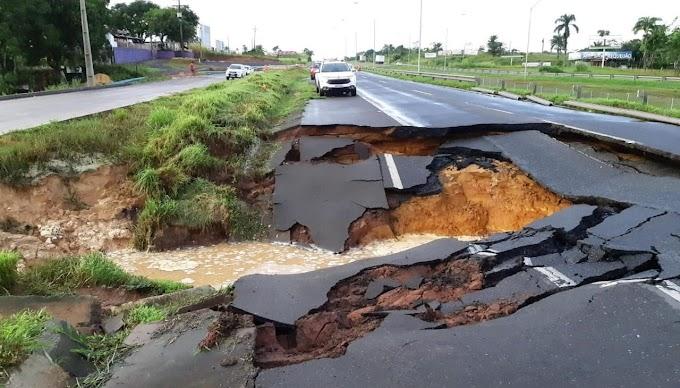 Asfalto cede na BR-324 após fortes chuvas; trecho de Candeias é interditado