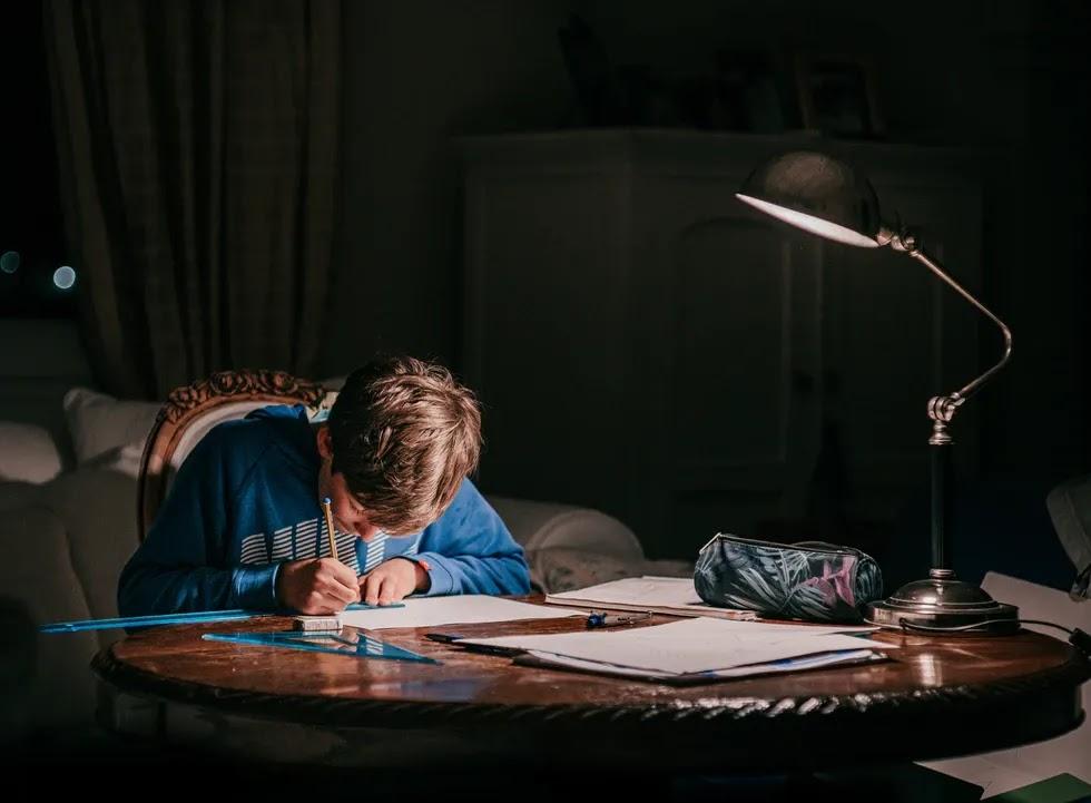 كيف تركز على الواجبات المنزلية - 4 تغييرات يجب أن تعتمدها لذلك