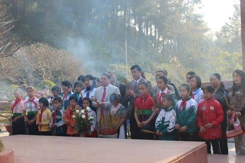 Đoàn đại biểu và các em học sinh dâng hương bày tỏ lòng thành kính đối với liệt sỹ Tô Hiệu.