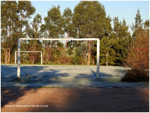 La helada cubriendo la cancha de fútbol - Chacra Educativa Santa Lucía