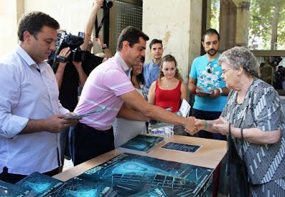 El Alcalde de Albacete Javier Cuenca haciendo entrega de los programas de Feria 2016