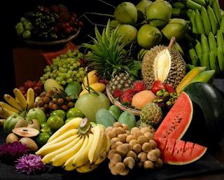 Panduan Diet Seimbang Yang Ramai Abaikan | Diet untuk kuruskan badan, diet untuk kesihatan, dan banyak lagi orang mengamalkan diet. Ramai juga yang mengabaikan diet seimbang yang lebih baik untuk kesihatan dan juga dapat kuruskan badan.  Ada juga dikalangan kita yang lebih suka mengambil ubatan yang ada dipasaran untuk kuruskan badan mahupun untuk kesihatan. AM tidak nafikan pengambilan ubatan dan multivitamin juga bagus untuk kesihatan.  Tetapi, jika pemakanan sihat dan seimbang kita abaikan, apa guna kita mengambil multivitamin? Untuk mendapat kesihatan yang baik dan sempurna, sebaiknya kita mengamlakan pemakanan atau diet seimbang disamping pengambilan multivitamin yang sesuai dengan kita sendiri dan bukanya mengikut trend semasa.  AM bukan orang yang pakar dalam bab pemakanan mahupun mengenai multivitamin tetapi sekadar perkongsian dari pembacaan dan juga pengalaman AM yang tak seberapa ini.  AM nak kongsikan beberapa Panduan Diet Seimbang Yang Ramai Abaikan yang boleh kita mulakan hari ini juga.  Panduan Diet Seimbang Yang Ramai Abaikan   Banyakkan Pengambilan Buah-buahan. Siapa yang tak makan buah memang rugi sangat-sangat. Buah-buahan tempatan kita juga bukan main banyak pada musim buah. Antara buah tempatan yang ramai nantikan adalah buah durian, walaupun boleh membahayakan nyawa apabila makan dalam kuantiti yang banyak, durian juga mempunyai khasiat yang tersendiri. Boleh baca Bahaya Durian Kepada Ibu Mengandung  Selain durian, Malaysia juga ada pelbagai lagi buah seperti nenas, betik, jambu, manggis, langsat dan sebagainya.  Pengambilan banyak buah-buahan ini dapat memberi tenaga dan khasiat yang baik untuk tubuh badan kita. Kita juga mengantikkan makanan ringan (junk food) dengan buah-buahan. Lagi bagus bukan?   Banyakkan juga memakan kekacang Kacang pea, kekacang dan lentil adalah kaya dengan protein, karbohidrat, gentian dan beberapa vitamin (terutamanya vitamin B). Kacang soya yang sangat kaya dengan protein tumbuhan – boleh didapati dalam pelbagai ben