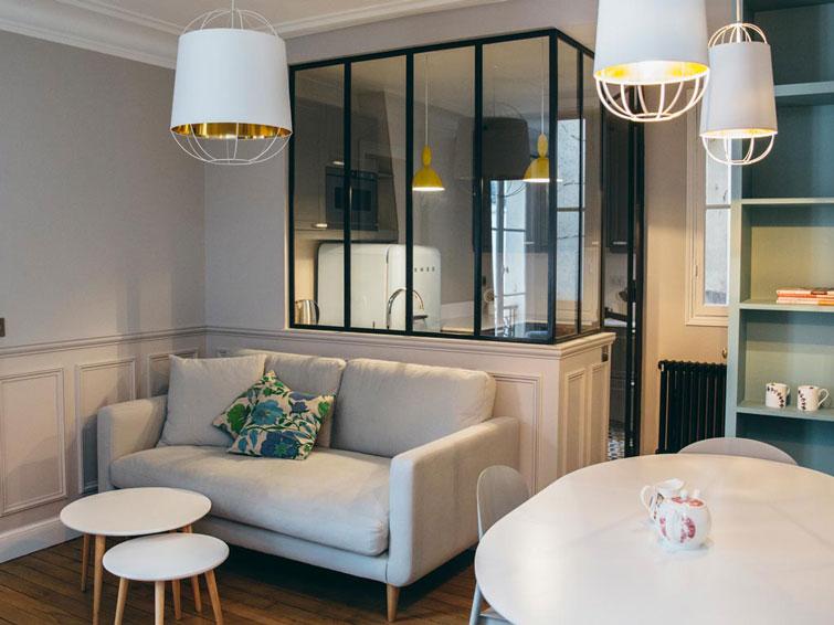 Interior apartamento en esquema de color gris con for Appartamenti moderni piccoli