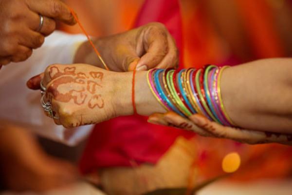 पूजा के दौरान हाथ में कलावा बांधने का नियम और महत्व, जानिए