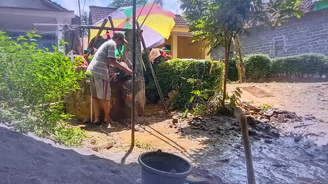Kesulitan Air Bersih, Warga Desa Duren Gali Sumur Hingga 30 Meter