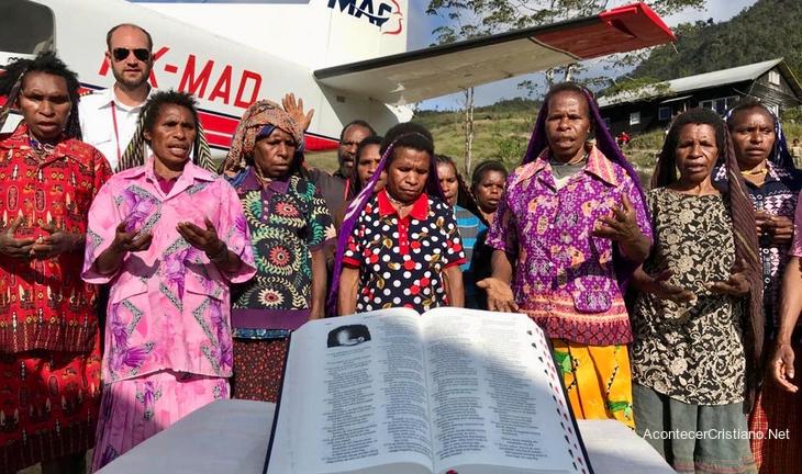 Tribu que mató misioneros en Indonesia recibe 2.500 Biblias