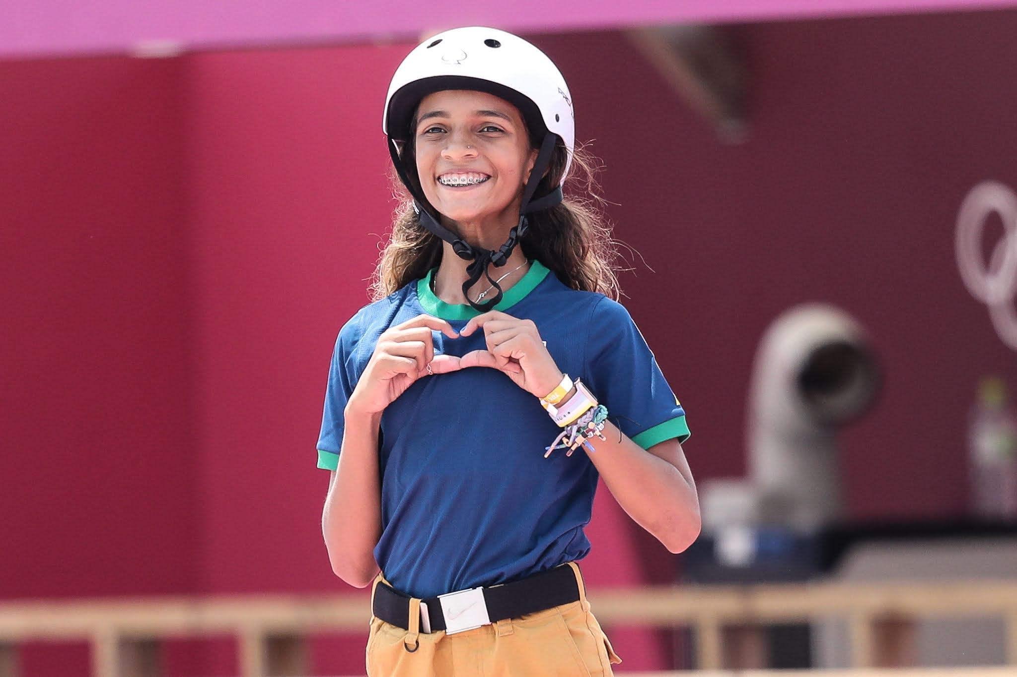 Rayssa Leal faz sinal de coração durante Jogos Olímpicos