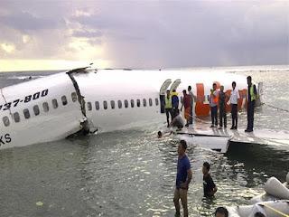 العثور على حطام الطائرة الإندونيسية المنكوبة وقائد الطائرة طلب العودة إلى المطار بسبب خلل فني