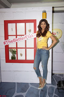 Shilpa Shetty super cute fit in Yellow T Shirt 05.JPG