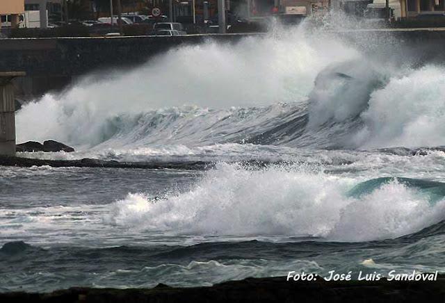 Cerrado carril derecho Avenida Marítima, altura hospital Insular, por fuerte oleaje. Las Palmas de Gran Canaria / Foto: José Luis Sandoval