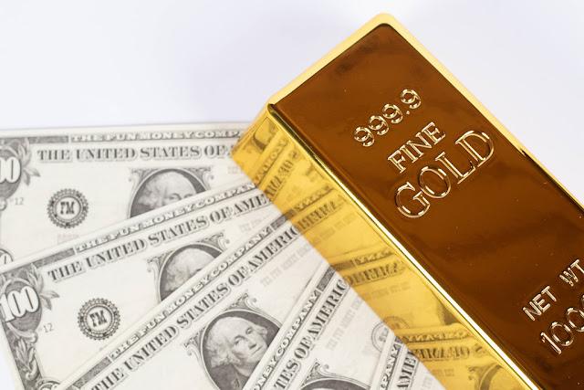 Золото и доллар снизились  в преддверии выступления Пауэлла