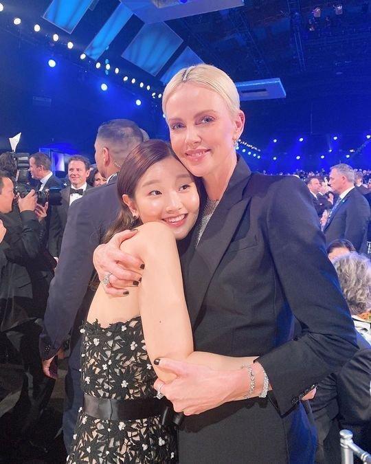 'Parasite' starı Park Sodam, Charlize Theron'a sarıldı