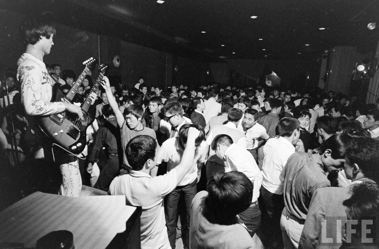 Japanese Teens In 1964  Vintage Everyday-1304