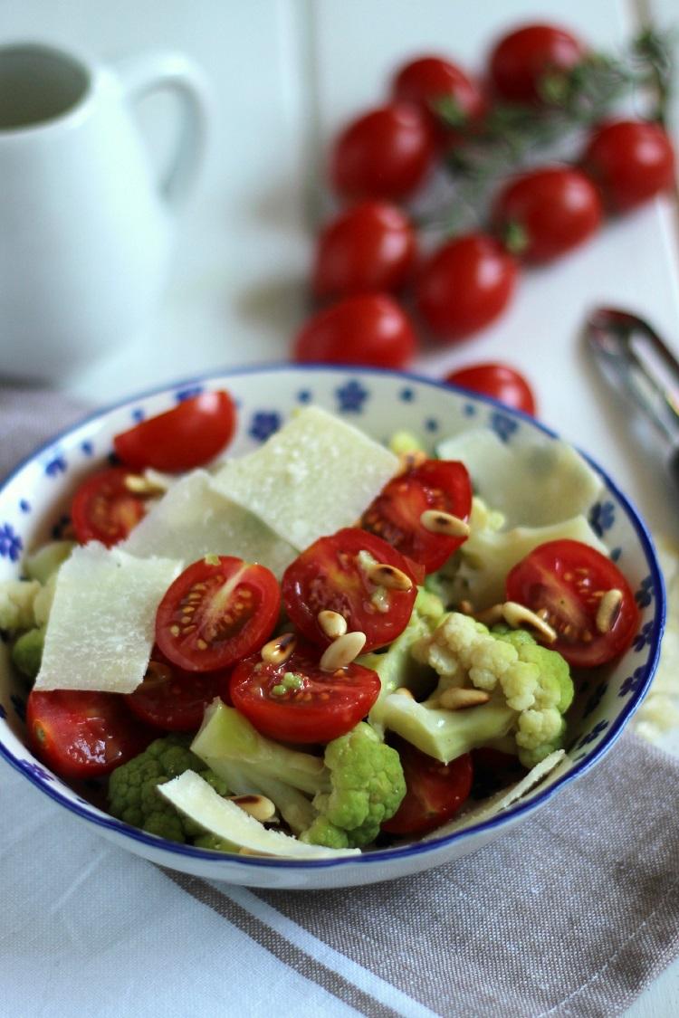 Ensalada de tomates cherrys, brócoli y parmesano