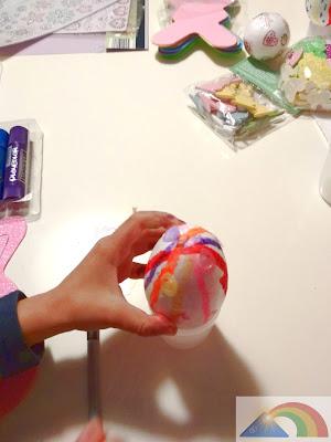 Pegando confeti en huevo de Pascua