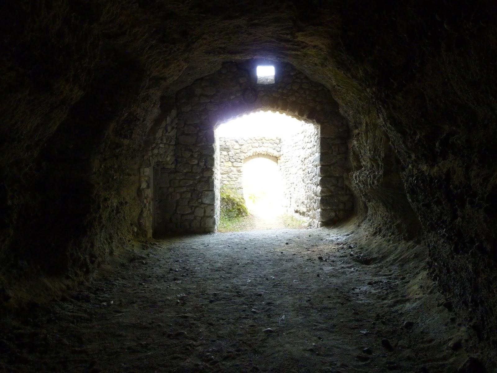 Le village troglodyte des roches à Perrier